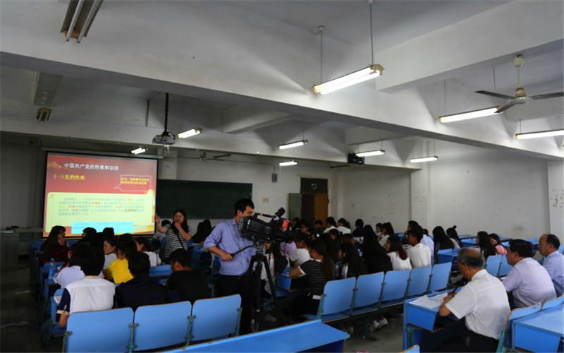 江西科技职业学院党政班子成员分别下到班级听思政课