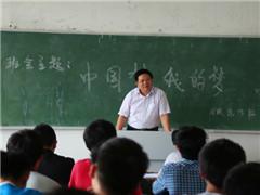 曹书记走进主题班会与学生话成长
