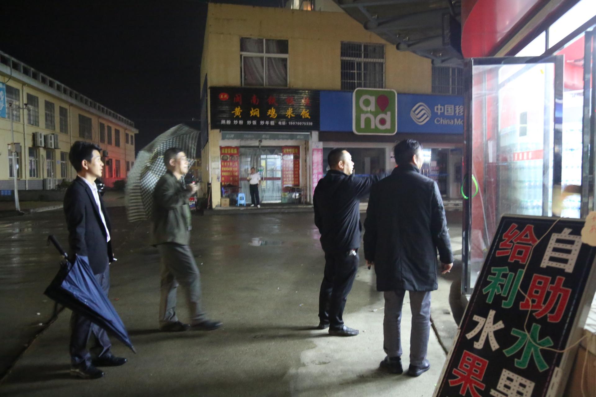 王晓春校长、龙进副校长深夜检查校园经营户管理工作
