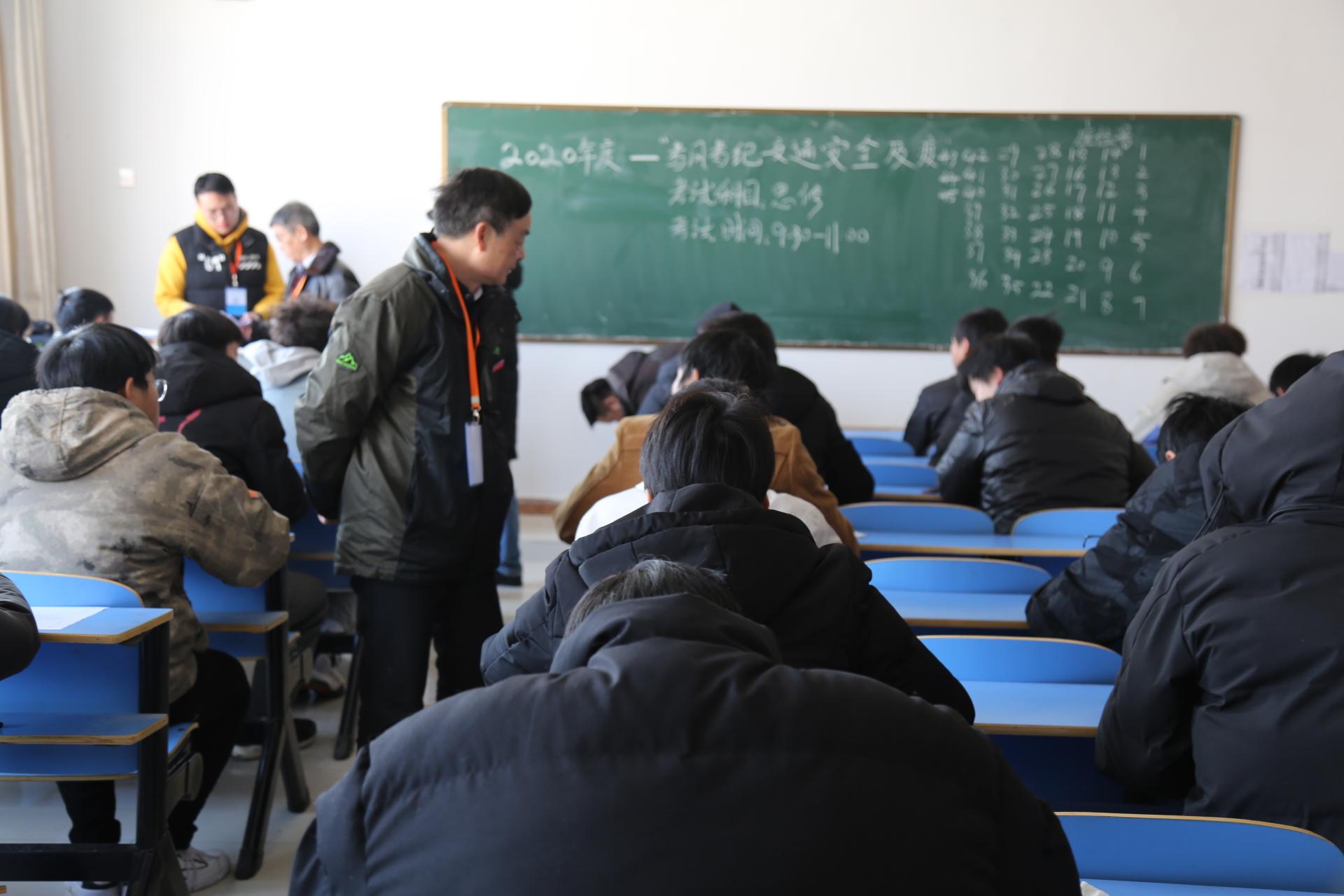 校长王晓春、副校长龙进巡视我校期末考场
