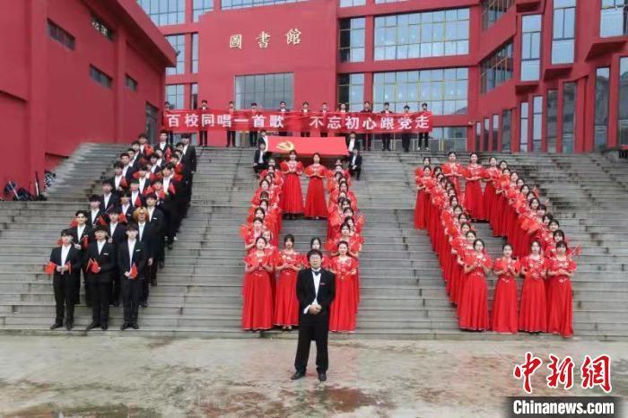 【中国新闻网】奋斗的青春 37所高校学子隔空合唱告白祖国