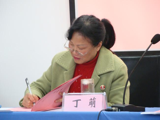 院党委丁萌书记在安全责任书上签字